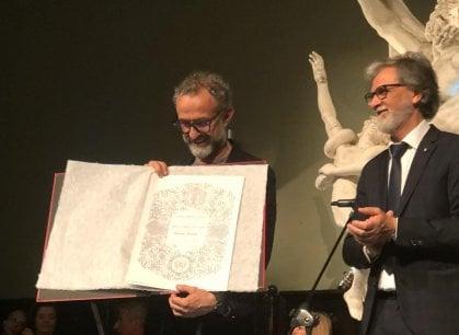 E ora Massimo Bottura è ufficialmente un artista: laureato ad honorem all'accademia di Belle Arti
