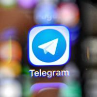 Russia, aeroplanini dalle finestre per Telegram: la protesta contro il blocco
