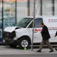 Canada, furgone fa strage tra i passanti: 10 morti. Arrestato uno studente.