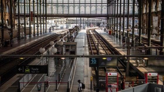Air France-Ferrovieri: doppio colpo dagli scioperi per Macron