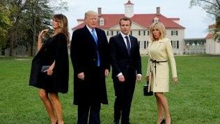 Trump e Macron piantano alberosotto gli occhi delle first lady