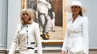 Melania e Brigitte, sintoniasul look: le first lady in bianco