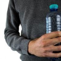 Acqua, gli italiani la preferiscono in bottiglie di plastica.