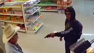 Ladro armato nel supermarket:cliente si toglie occhiali e agisce