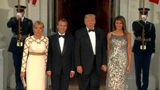 Melania scintilla alla prima cena di Stato con Macron e Brigitte