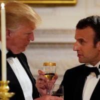 Brindisi, foto di rito e sorrisi smaglianti: la cena di gala a casa Trump per i coniugi Macron