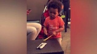 Il piccolo batterista è una forza: a due anni la performance è da star