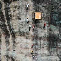 Cina, il negozio è sospeso sulla roccia: ecco l'alimentari per i climber