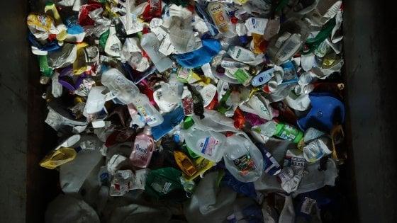Regno Unito: i supermercati dichiarano guerra agli imballaggi in plastica