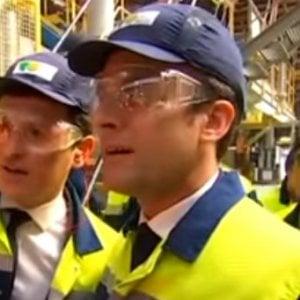 Macron visita una fabbrica