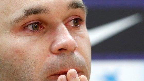 UFFICIALE, Iniesta in lacrime annuncia in conferenza il suo addio al Barcellona
