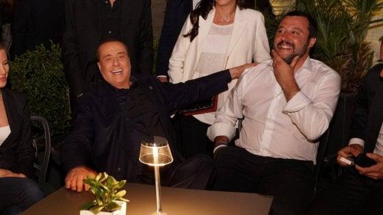 Trieste, l'abbraccio tra Berlusconi e Salvini solo a fine campagna elettorale