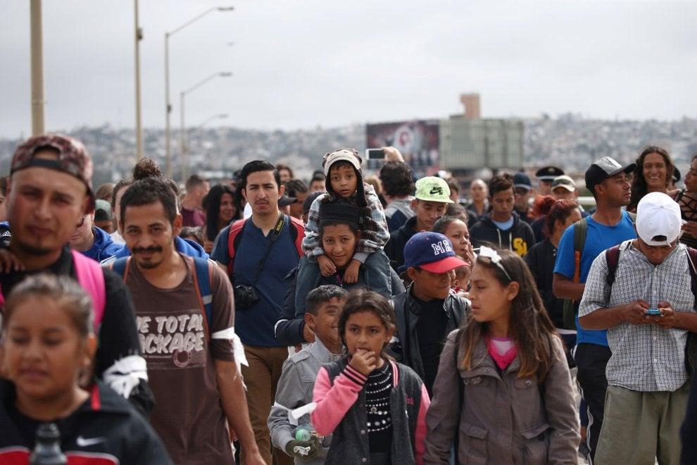 L'assalto al confine tra Tijuana e San Diego