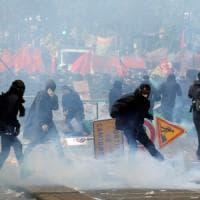 Primo maggio, incidenti e scontri in diverse capitali: oltre 100 black bloc fermati al corteo di Parigi