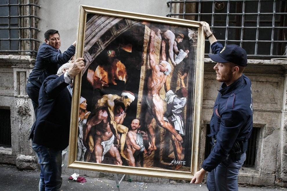 Renzi porta in salvo Berlusconi sulle spalle: vicino al Nazareno nuova opera di street art