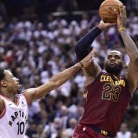 Basket, playoff Nba: Philadelphia crolla a Boston, LeBron travolge Toronto