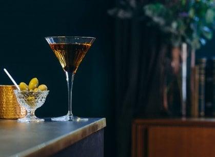 Bologna, al banco dei Conoscenti l'elegante rito del cocktail