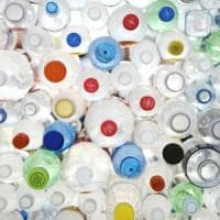 Stop alle bottiglie e premi a chi ricicla, le città anti-plastica