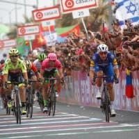 Giro d'Italia, a Tel Aviv sprint vincente di Viviani. Dennis toglie la rosa a Dumoulin