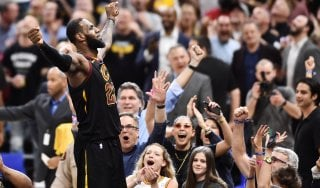 Basket, playoff Nba: Belinelli non basta, Phila ancora ko. LeBron allo scadere, Cleveland vede la finale
