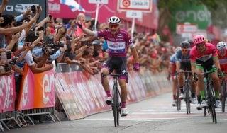 Giro d'Italia, Viviani concede il bis: Dennis resta in rosa