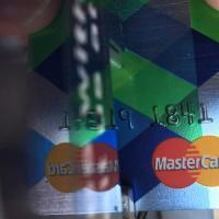 Il bancomat è femmina, la carta di credito maschio: ecco come pagano gli italiani