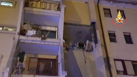 Esplosione in una casa a Crotone, 2 morti, ferite 3 bimbe: una è in gravi condizioni