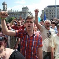 Tensione e proteste a Budapest, catena umana intorno al Parlamento: decine di fermi