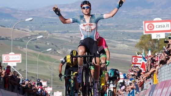 Giro d'Italia, Wellens vince la prima in Sicilia. Dennis resta in rosa, Aru e Froome perdono secondi