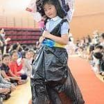 I bambini cinesi fanno la sfilata trashion