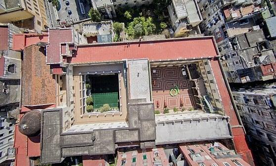 Il grande complesso della Fondazione Foqus quartieri Spagnoli, visto dall'alto