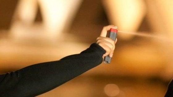 Studente spruzza spray urticante a scuola, 500 intossicati