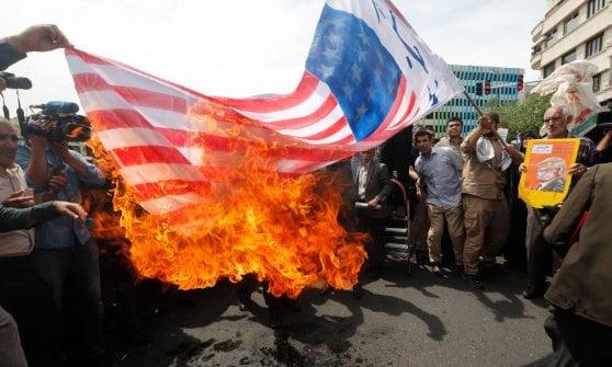 Nucleare, l'Iran a metà tra minacce e diplomazia e la piazza brucia le bandiere Usa