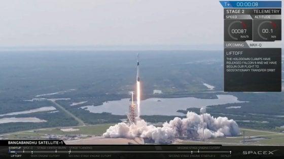 """Vola il nuovo razzo SpaceX, il più avanzato. Musk: ''Porterà l'uomo in orbita"""""""