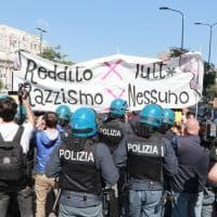 Milano, davanti al Pirellone le proteste dei centri sociali contro il governo Lega-M5s