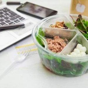 Pranzo detox per l'ufficio fra cereali e alimenti freschi