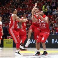 Basket, playoff; gara 1: Milano travolge Cantù, Brescia rimonta Varese