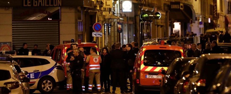 Parigi, assalto in strada con coltello: ucciso dalla polizia. Un passante morto e almeno 8 feriti, alcuni gravi
