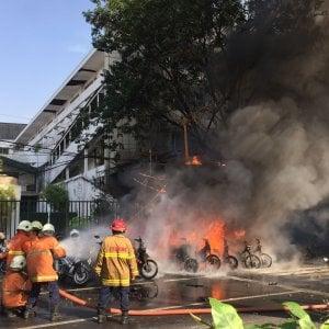 Indonesia, altro attacco suicida di una famiglia: due moto-bomba esplodono davanti al commissariato
