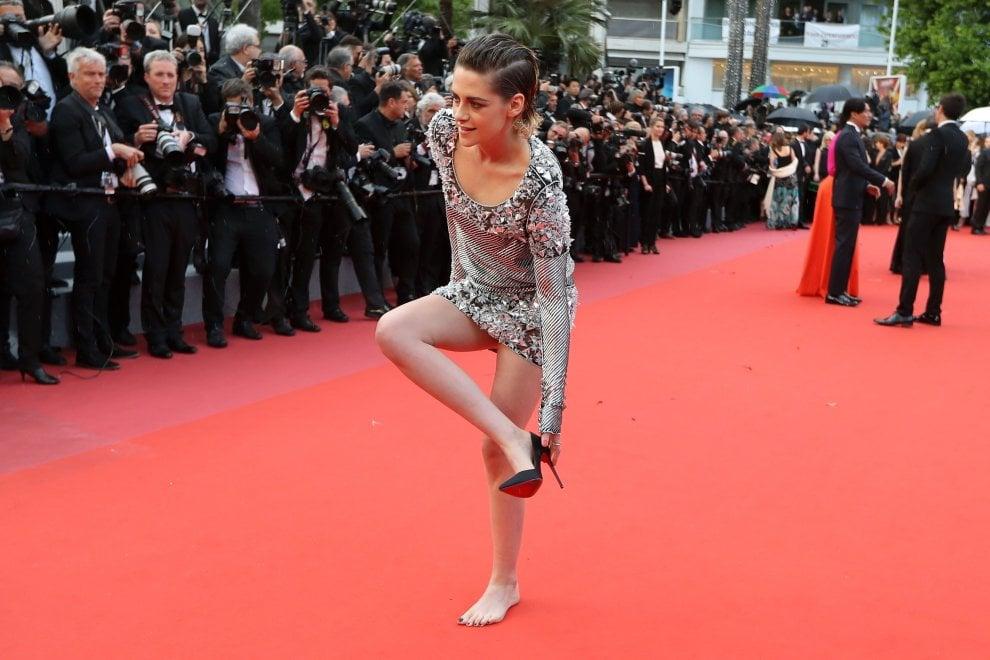 Cannes, basta tacchi alti: Kristen Stewart si sfila le scarpe, a piedi nudi sul red carpet
