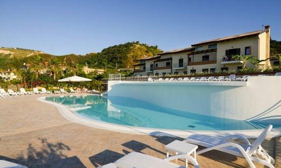 """A Tropea, """"Perla del Tirreno"""", un resort a due passi dal mare e dalla storia"""