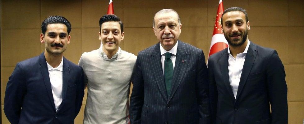 Gündogan e Özil in posa da Erdogan, polemiche in Germania. L'irritazione di Merkel