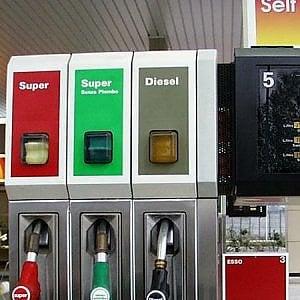Benzina, M5s e Lega varano il taglia-accise: 20 cent in meno al litro, 6 mld di buco per lo Stato