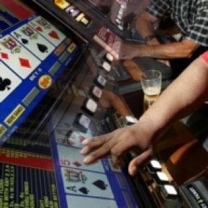 Gran Bretagna, giro di vite sulle macchinette mangiasoldi: le puntate passeranno da 100 sterline a 2
