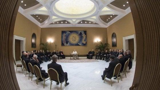 Pedofilia, dimissioni in blocco dei vescovi cileni. Sotto accusa anche cardinale vicino al Papa