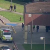 Texas, strage in un liceo: dieci morti. Lo sparatore, ferito e arrestato, postava simboli...