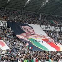 Juventus, l'ultima partita di Gigi Buffon. Il grande abbraccio con l'Allianz Stadium. E al 64' è standing ovation