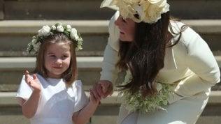 Charlotte ruba la scena ai neo sposi: il saluto è irresistibile