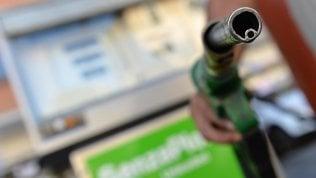 Carburanti, ancora aumenti nel fine settimana: la 'verde' sfiora 1,63 euro