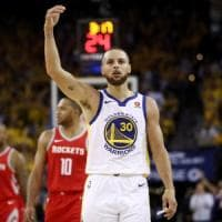Basket Nba, finale Ovest: Curry strapazza Houston, Golden State avanti 2-1